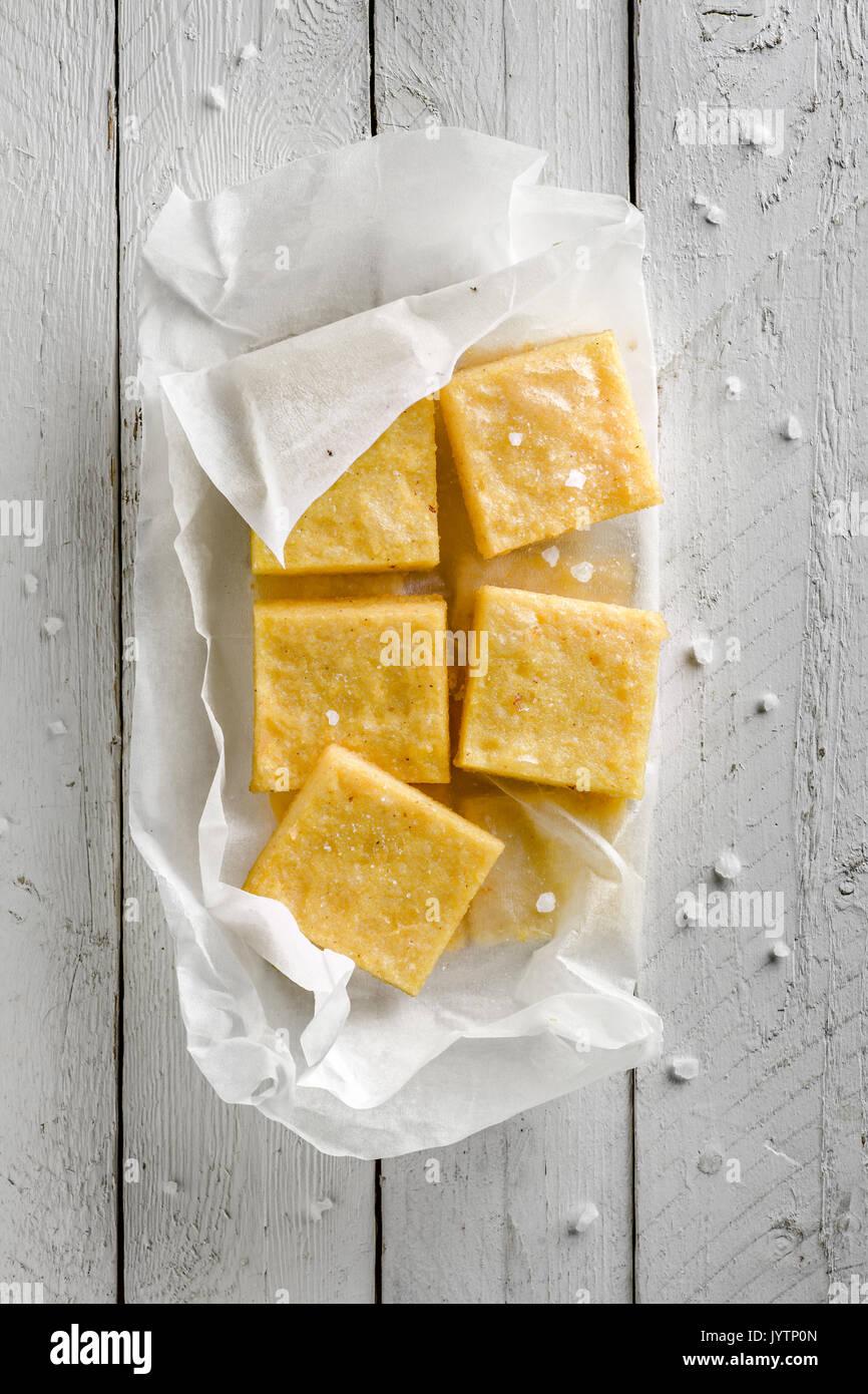 Sgagliozze, comida de la calle tradicional italiana de Bari: Harina de maíz frita con sal Imagen De Stock