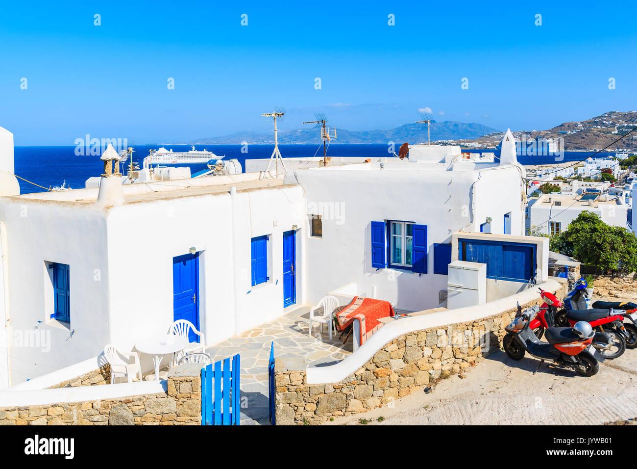 t picas casas griegas blanco con ventanas azules en la