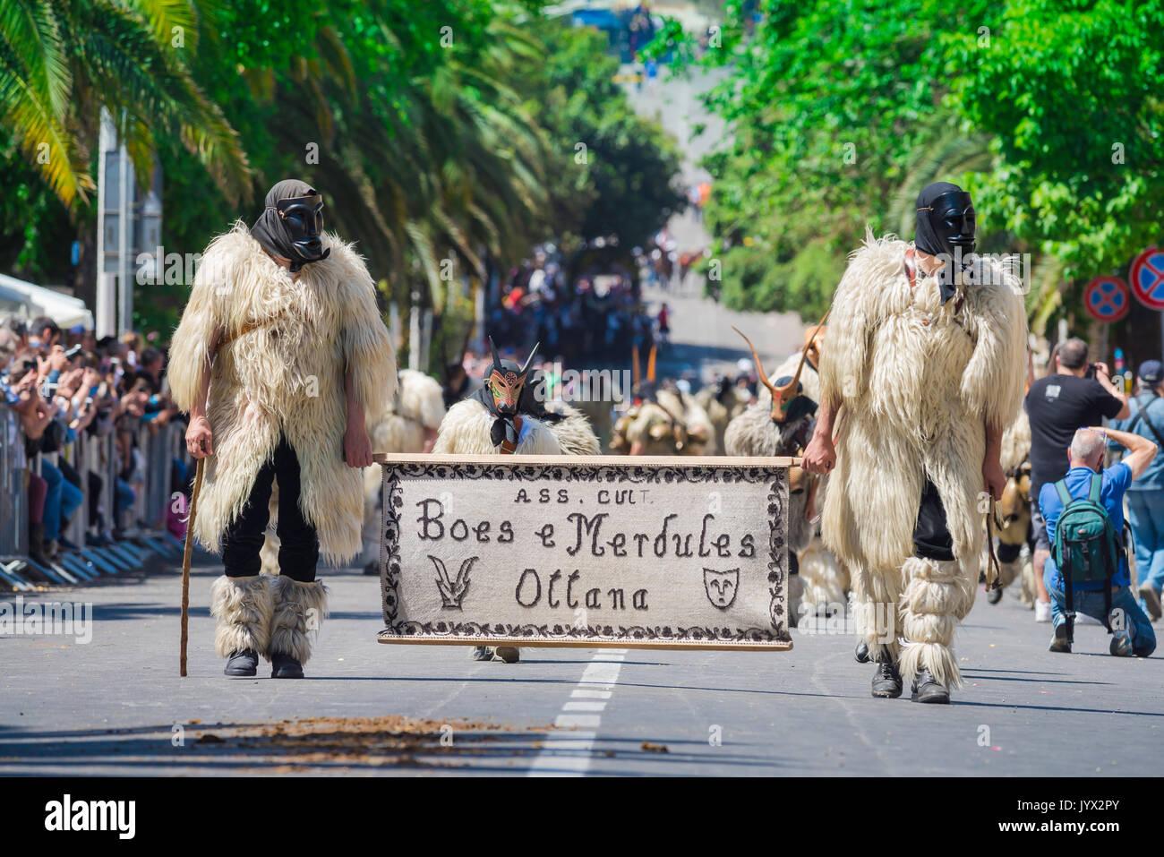 Cerdeña festival tradicional, hombres vestidos como Boes y Merdules - figuras tradicionales en piel de cordero Imagen De Stock