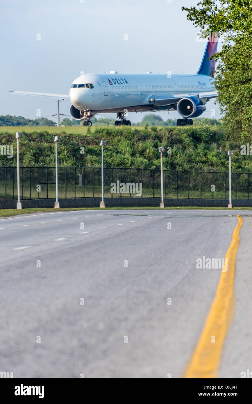 Boeing 767 de Delta Air Lines avión de pasajeros sobre la pista se preparan para despegar en el Aeropuerto Internacional de Atlanta en Atlanta, Georgia. (Ee.Uu.) Foto de stock