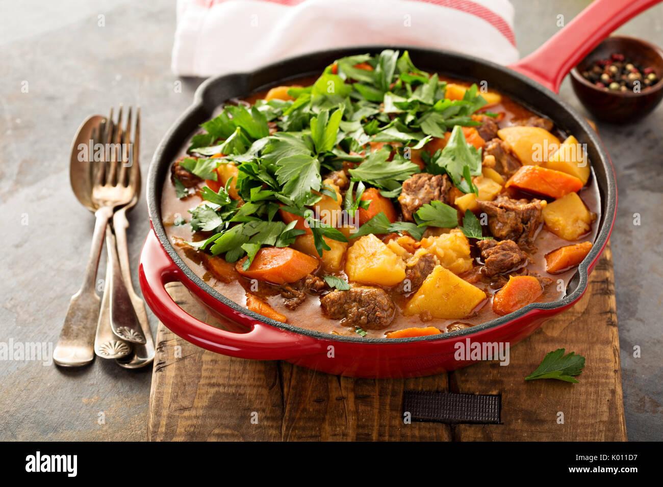 Estofado de ternera con patatas, zanahorias y el perejil. Imagen De Stock
