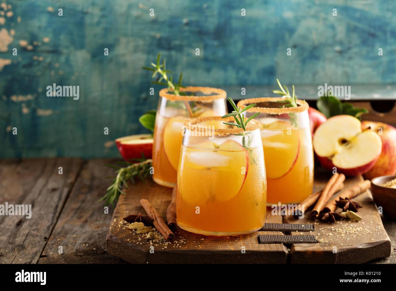 Cóctel con sidra de manzana dura caída especias Imagen De Stock