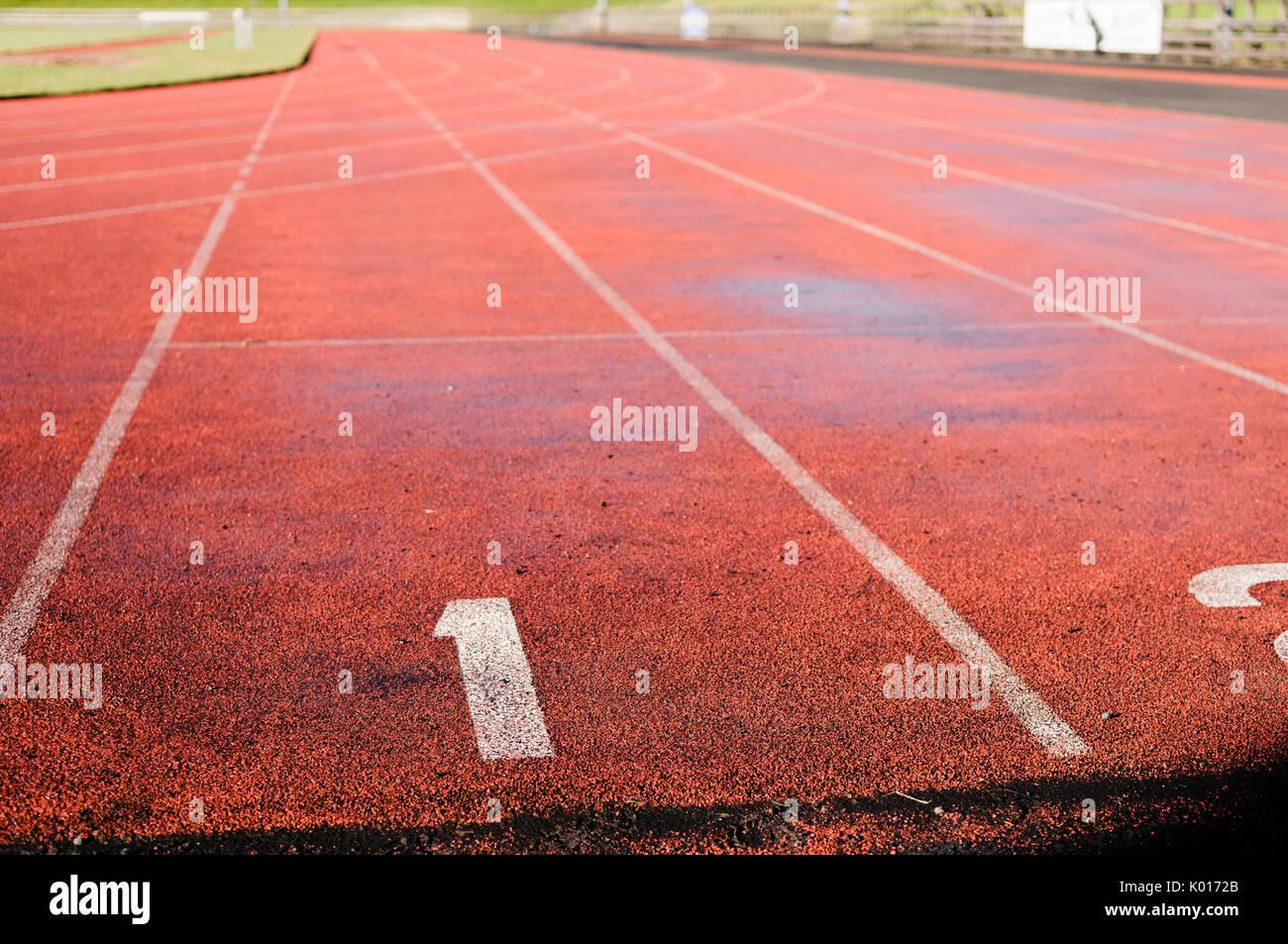 Lane 1 sobre una pista de atletismo de color rojo Imagen De Stock