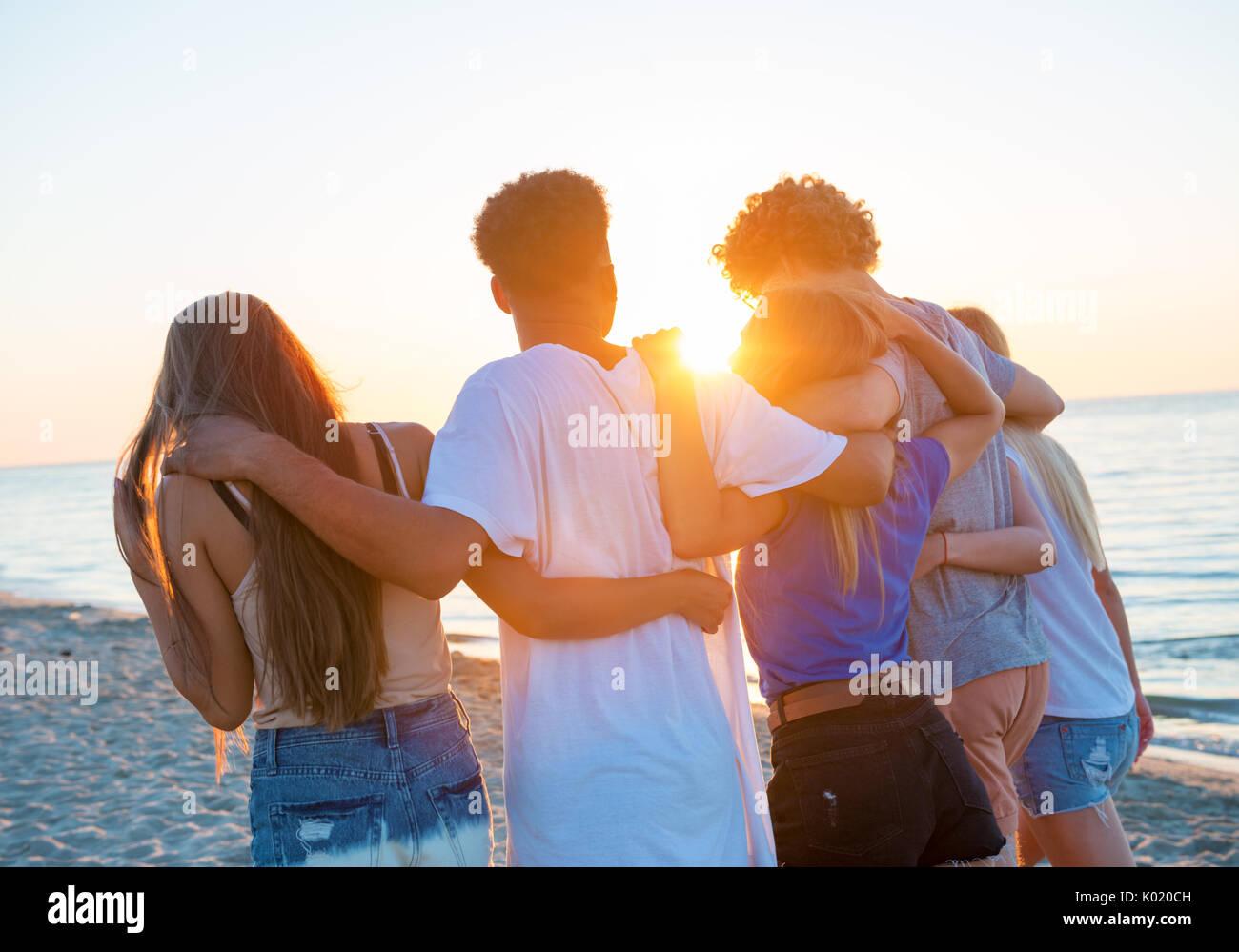 Grupo de Amigos felices divirtiéndose en la playa. Imagen De Stock