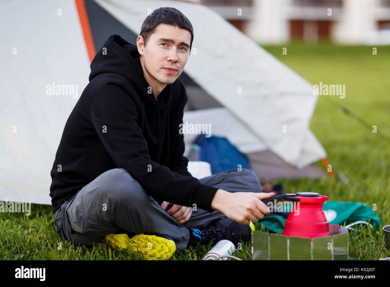 Muchacho joven con tetera turística Imagen De Stock