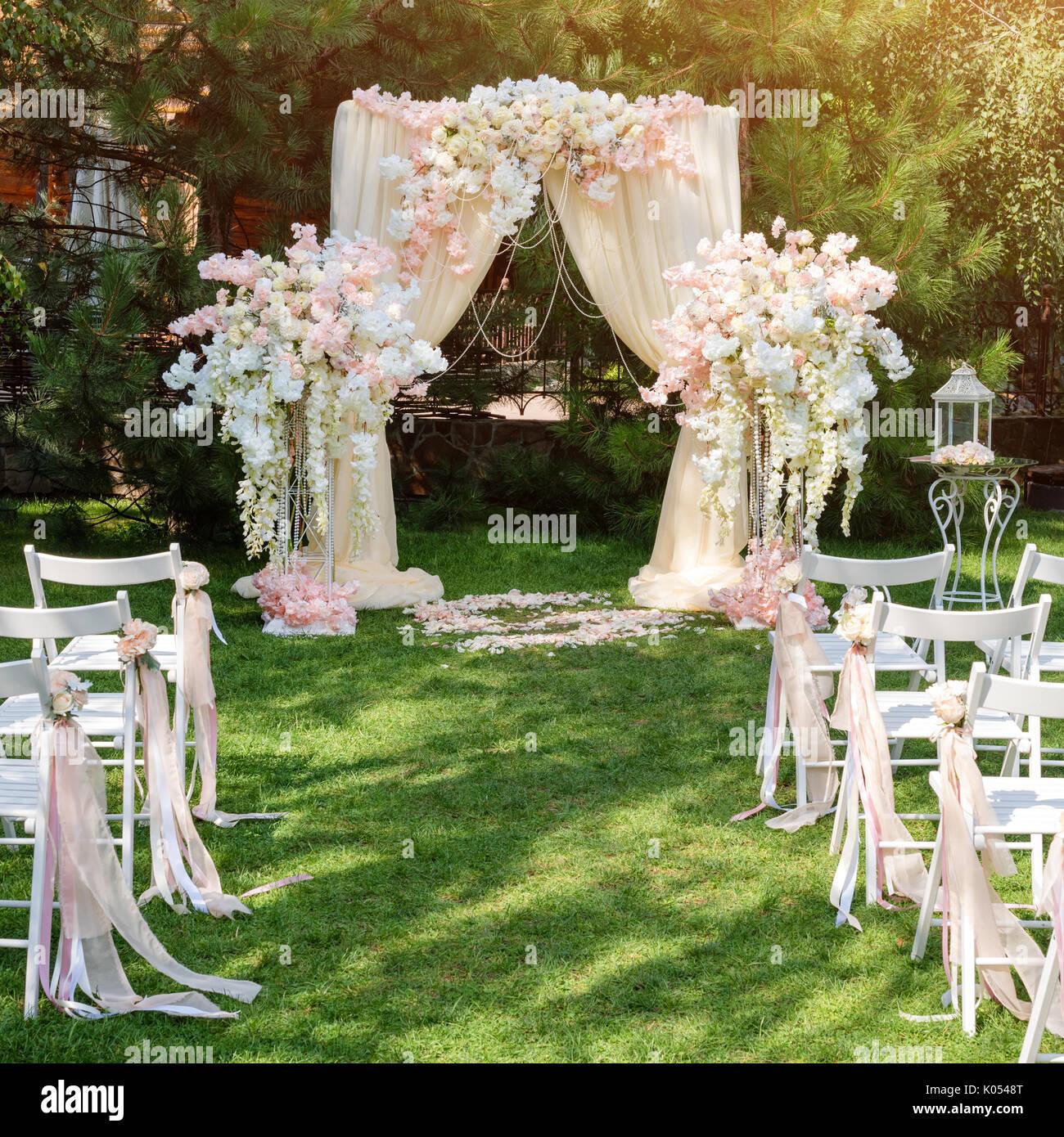 Arco de boda decorado con telas y flores al aire libre for Decoracion de jardin al aire libre