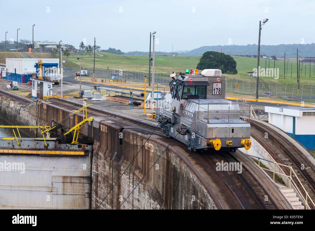 Canal de Panamá, Panamá. En el primer bloqueo, parte del Caribe, con rumbo hacia el Lago Gatún. 'Mule' Locomotora tirando hacia adelante del buque en la cerradura. Imagen De Stock