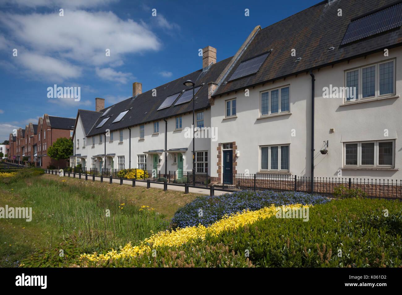 Alojamiento moderno con terraza con paneles solares en el techo que forman parte del Eco diseño moderno desarrollo de Upton, un suburbio de la ciudad de Northampton, Inglaterra, Reino Unido. Imagen De Stock
