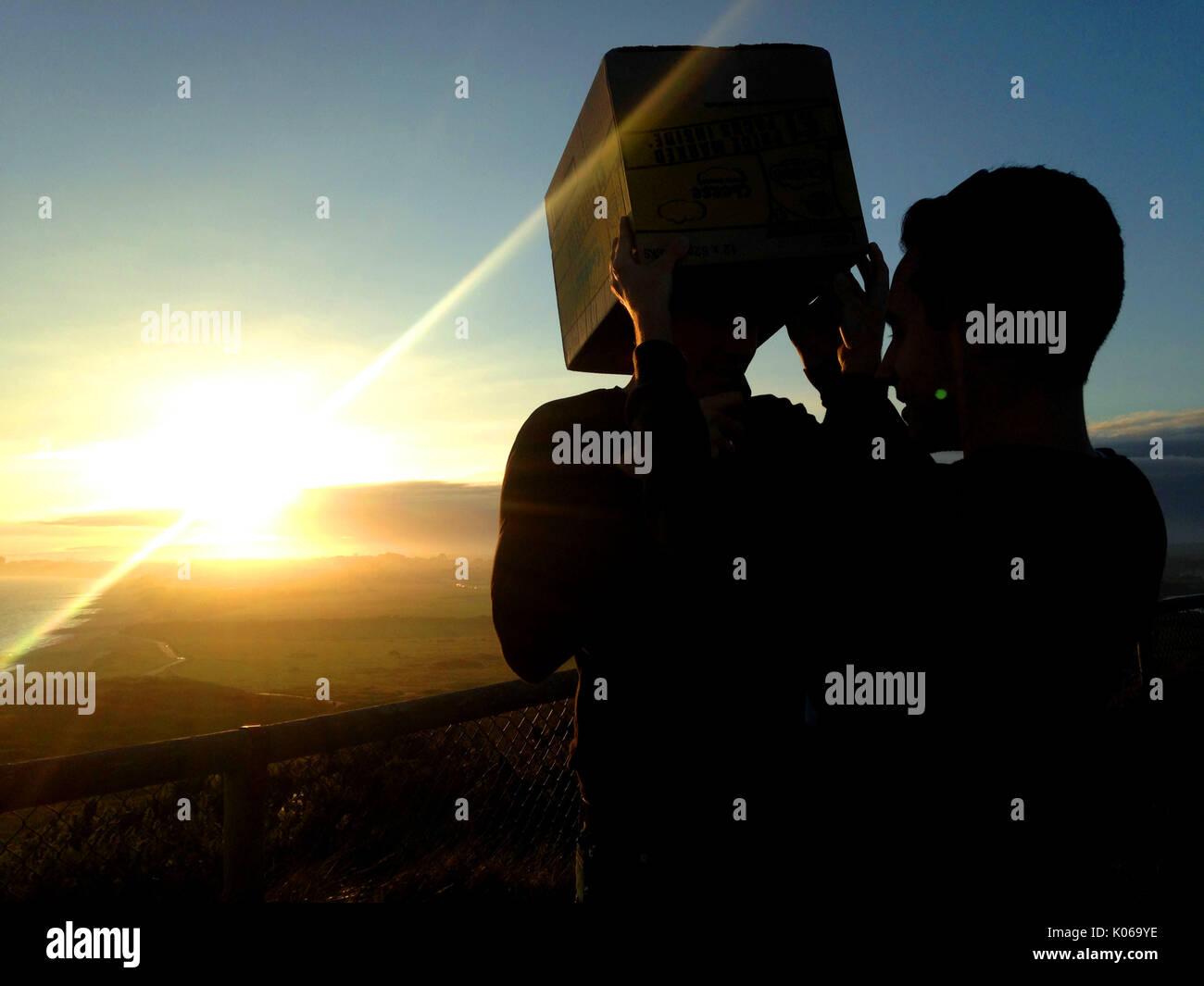 Christchurch, Dorset, Reino Unido, 21 de agosto de 2017. Ver el eclipse solar parcial en Hengistbury Head con una cámara estenopeica hecha desde una caja de cartón. Crédito: John Beasley/Alamy Live News Imagen De Stock