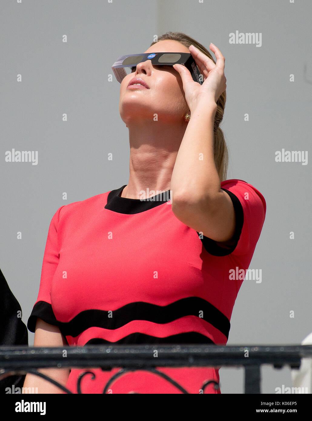 Ivanka Trump mira el eclipse parcial de sol desde el balcón de la habitación azul de la Casa Blanca en Washington, Foto de stock