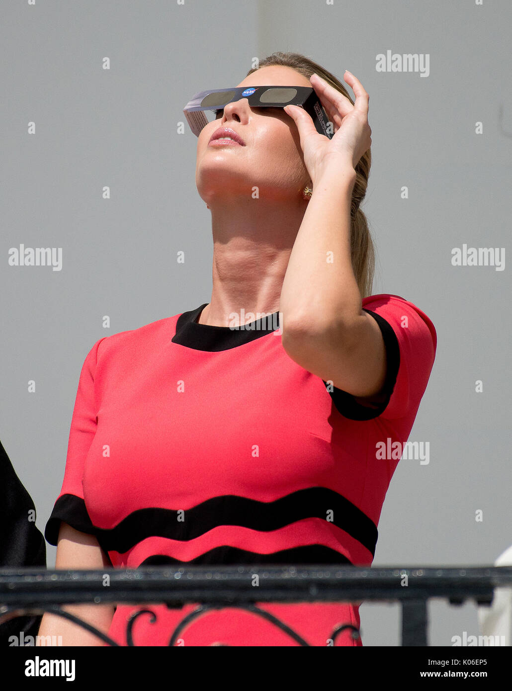 Ivanka Trump mira el eclipse parcial de sol desde el balcón de la habitación azul de la Casa Blanca en Washington, DC el lunes, 21 de agosto de 2017. Crédito: Ron Sachs / CNP - SIN CABLE SERVICIO - Foto: Ron Sachs/consolidados Fotos Noticias/Ron Sachs - CNP Imagen De Stock
