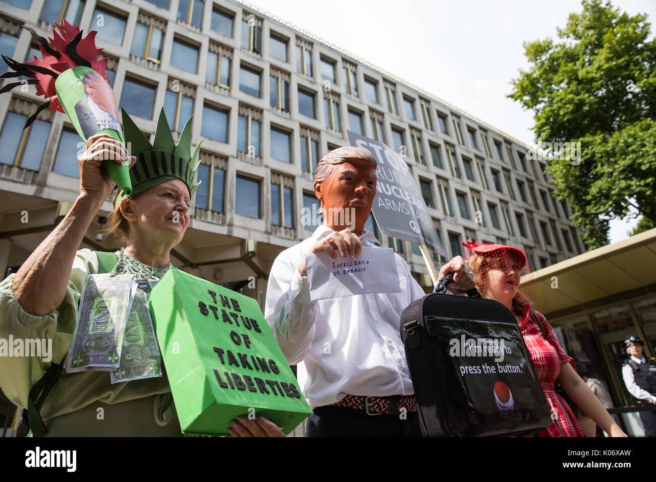 Londres, Reino Unido. 11 de agosto del 2017. Los activistas procedentes de la Coalición Paremos la Guerra y la Campaña para el desarme nuclear (CND), uno de los cuales enmascarado como Donald Tr Imagen De Stock