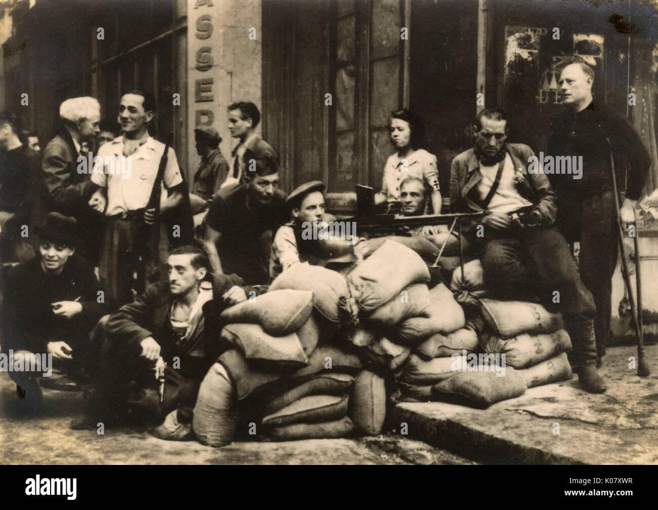 ';El hombre las barricadas!'; Este grito que sonó el lunes, 21 de agosto, 1944. Esta magnífica fotografía muestra los hombres manning una barricada en el barrio Cite tripulada por algunos suave parisinos armado con una ametralladora en la preparación para la batalla por la liberación de París. Fecha: 1944 Foto de stock