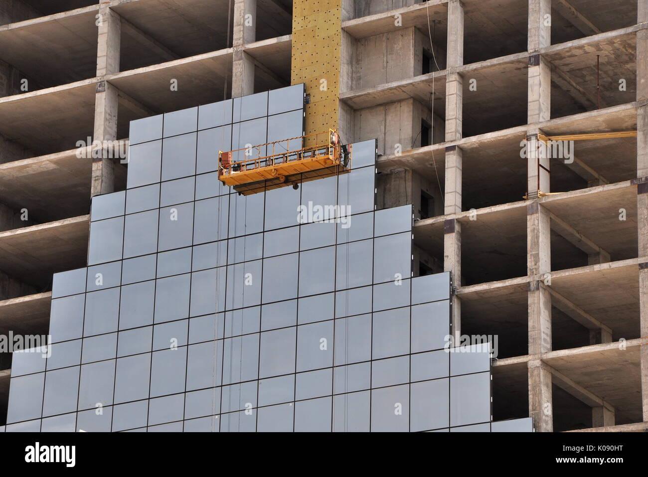Fachada de un marco de rascacielos en construcción, con una fase de ...