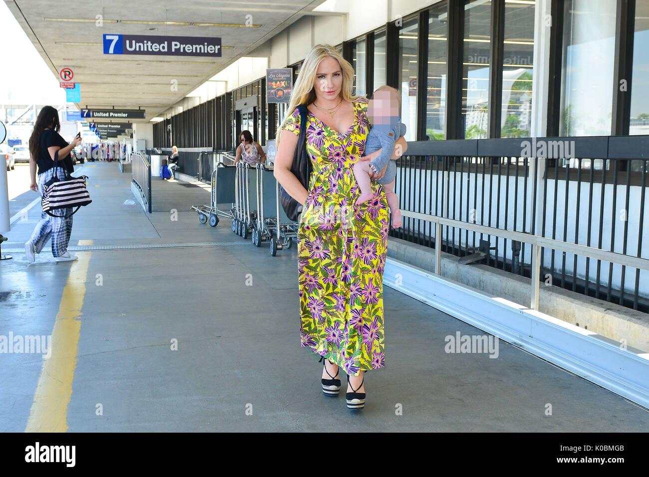 d87483d994 Nikki Lund con su hijo Hendrix en el Aeropuerto Internacional de Los Ángeles  (LAX) del aeropuerto. Kim Kardashian s mucho tiempo amigo y ex novia de  Richie ...