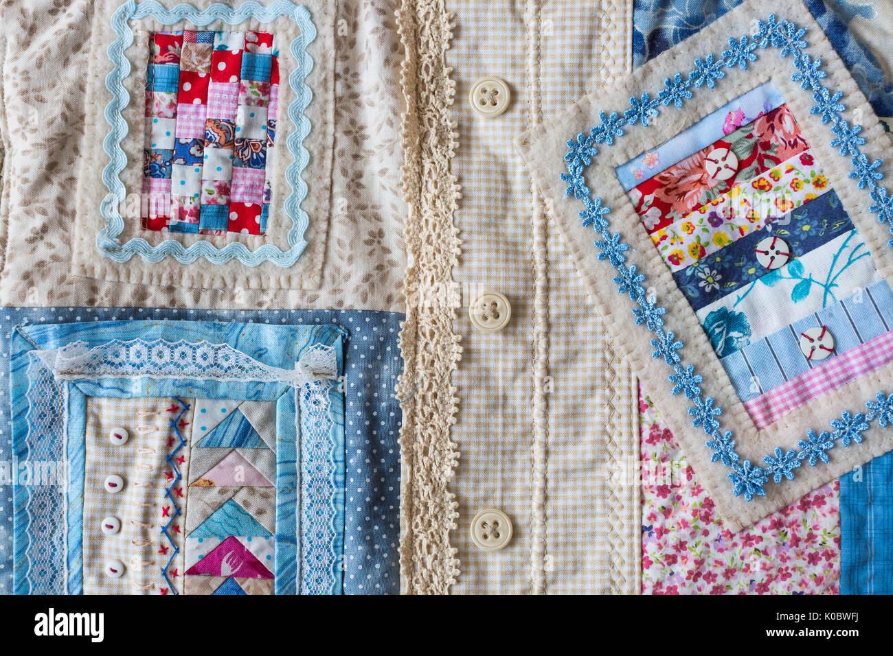 Hechos a mano, moda, accesorios concepto -flatlay de encantadoras mujeres bolsa hecha de pana y de la parte delantera de la costura en la técnica Patchwork con coloridos fragmentos ornamentados. Tiene dos correas, encajes y botón Foto de stock