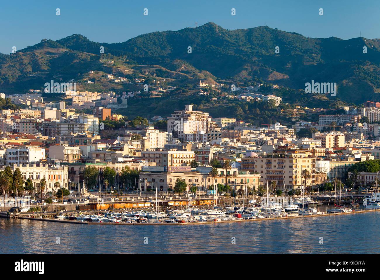 Temprano en la mañana vistas del puerto deportivo y de la ciudad de Messina, Sicilia, Italia Foto de stock