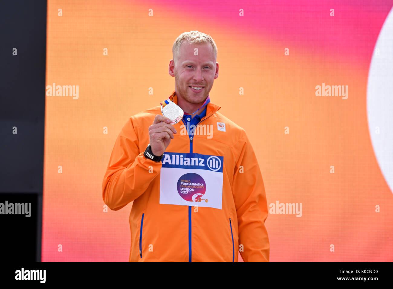 Ronald Hertog medallista de plata en la ceremonia de la medalla para el salto largo T44 en el Campeonato Mundial De Atletismo, Londres, Reino Unido Foto de stock