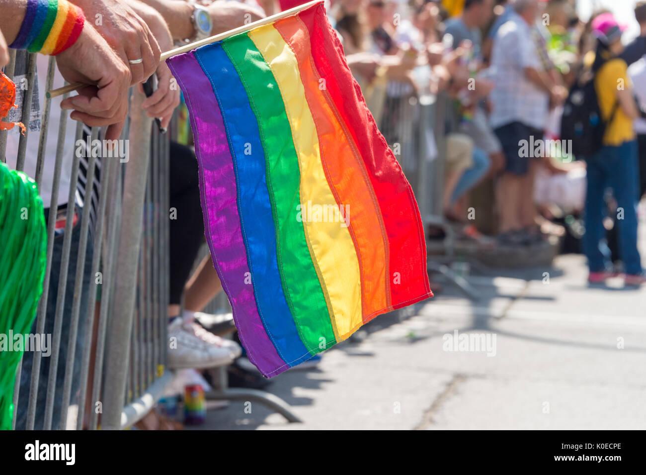 Montreal, Canadá - 20 de agosto de 2017: Gay la bandera del arco iris en Montreal desfile del orgullo gay con espectadores borrosa en el fondo Imagen De Stock