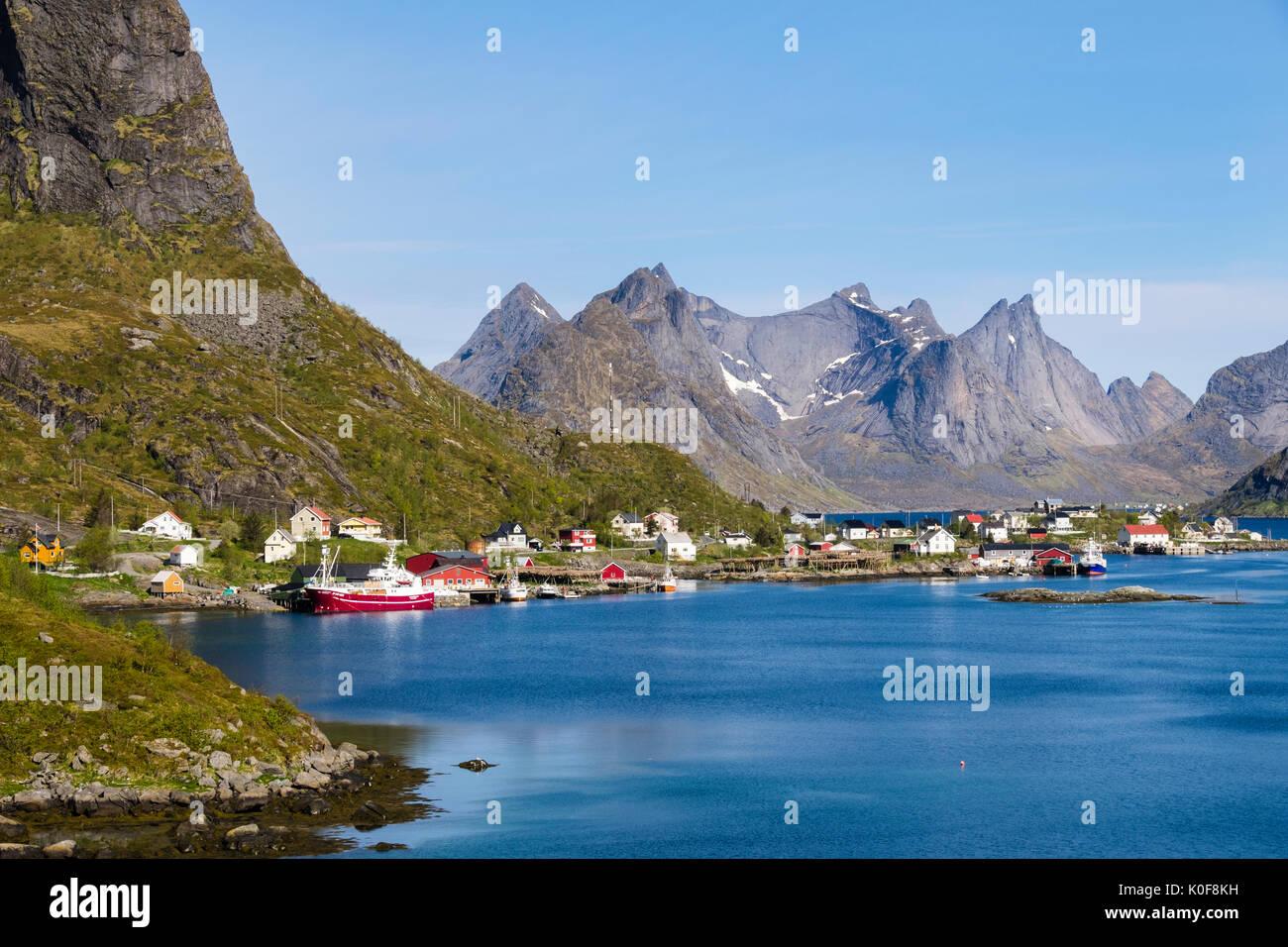 Vistas al puerto pesquero natural a las montañas. Reine, Moskenes, Moskenesøya Isla, Islas Lofoten, Nordland, Noruega, Escandinavia Foto de stock
