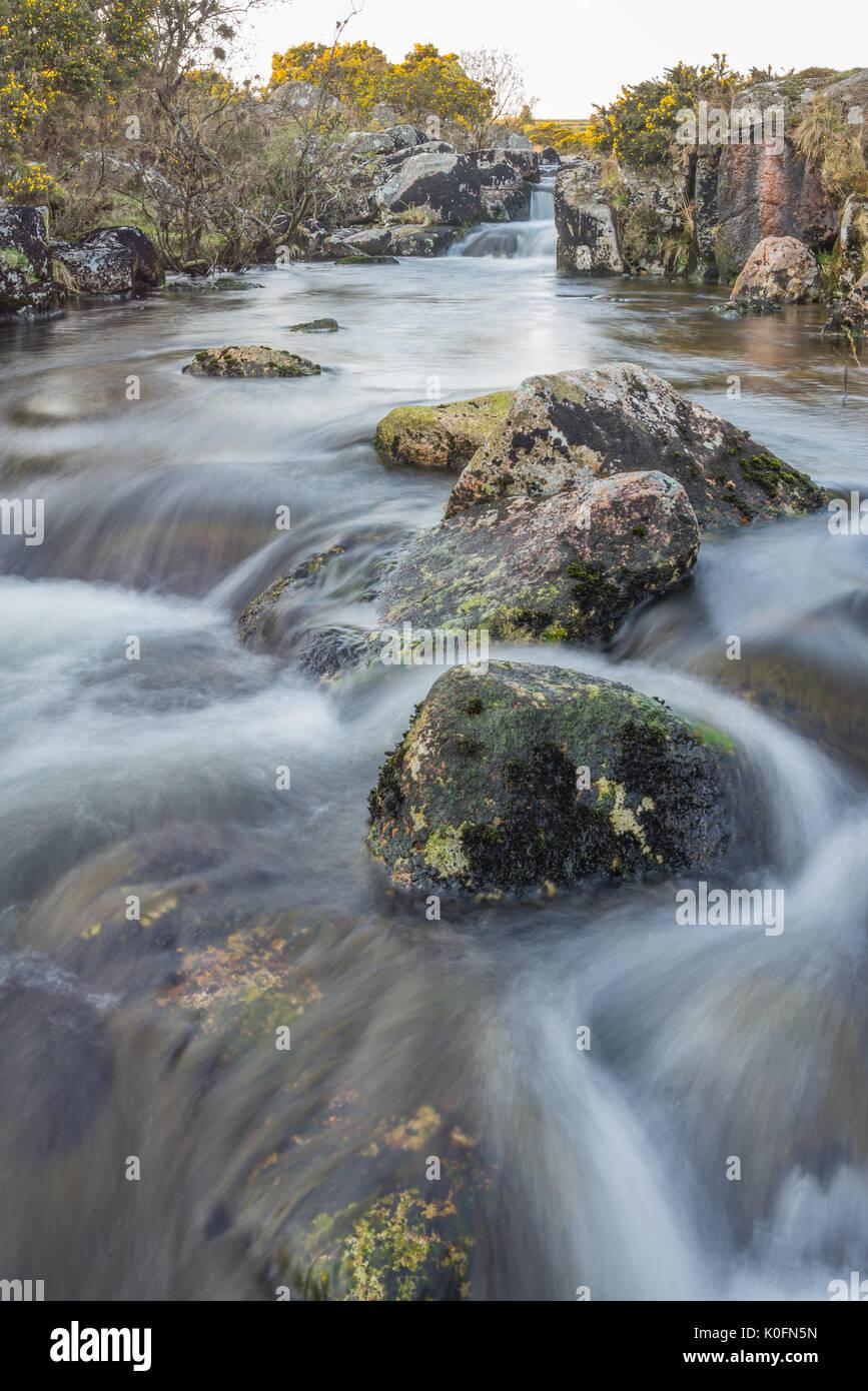 La larga exposición de stream en el parque nacional de Dartmoor, Devon, Reino Unido. Imagen De Stock