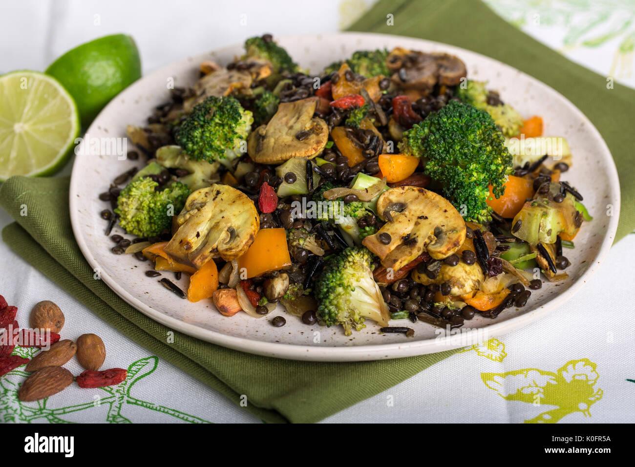Primer plano de filmación vegana saludable mezcla de brócoli y lentejas plato de arroz salvaje Imagen De Stock