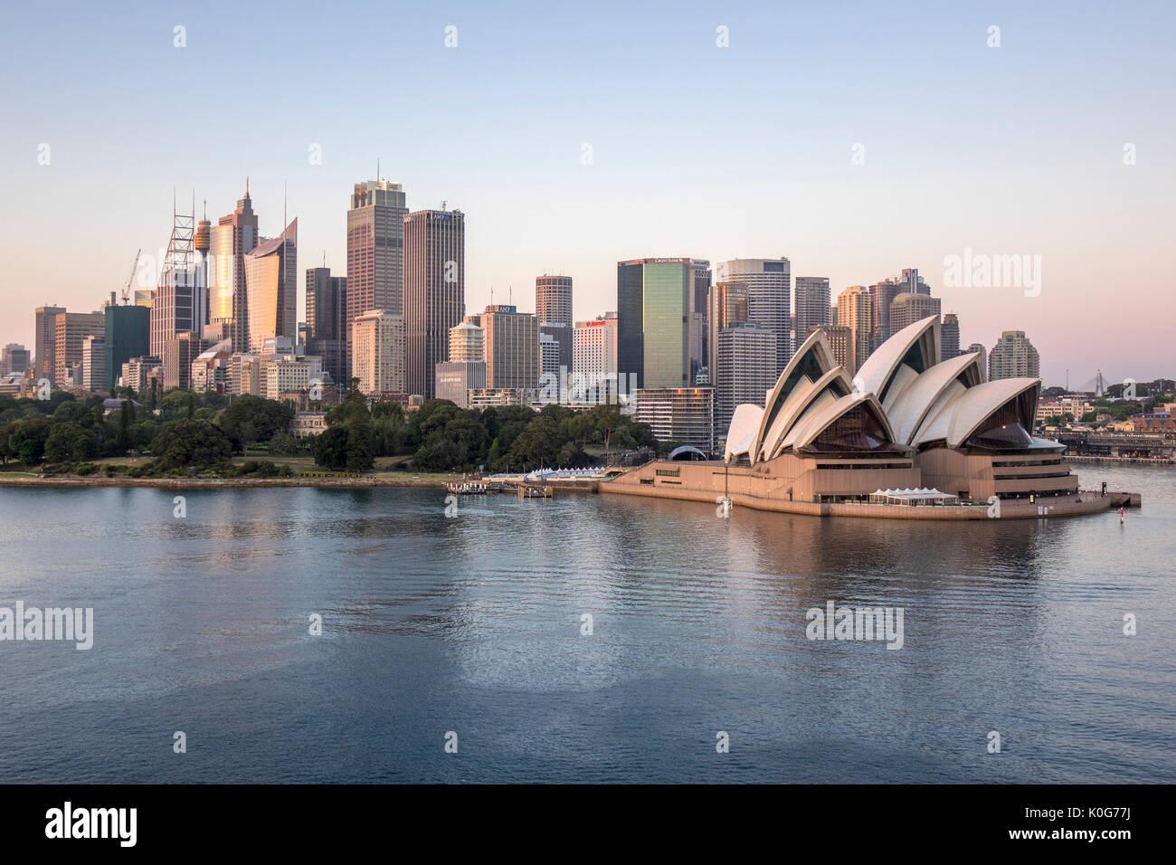 Horizonte de Sydney mañana Amanecer amanecer con Sydney Opera House y el Harbour Sydney Australia Foto de stock