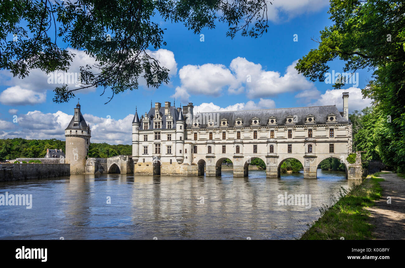 Francia, Indre-et-Loire, Chenonceau, departamento vista del Château de Chenonceau, un gótico tardío del siglo XVI y comienzos del estilo renacentista Castillo spanning t Imagen De Stock