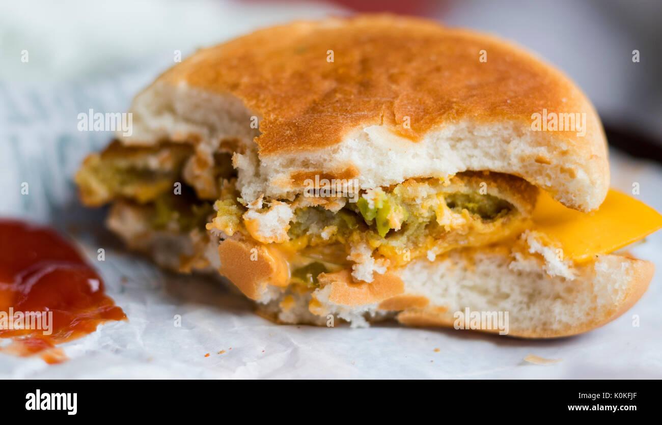 Burger mitad comido Imagen De Stock