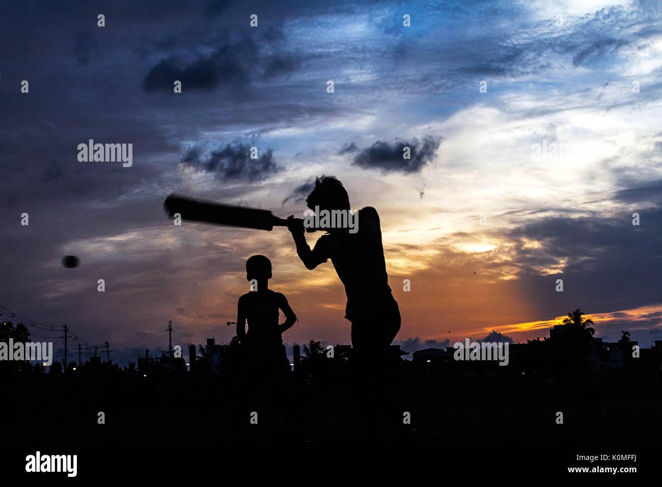 Los muchachos jugando críquet, en Kolkata, Bengala occidental, India, Asia Imagen De Stock