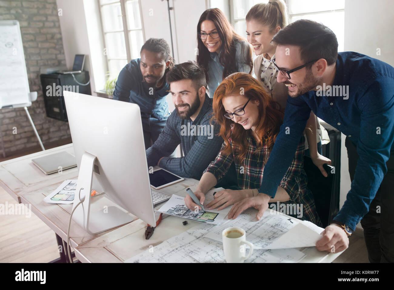 Grupo de jóvenes diseñadores que trabajan como equipo Imagen De Stock