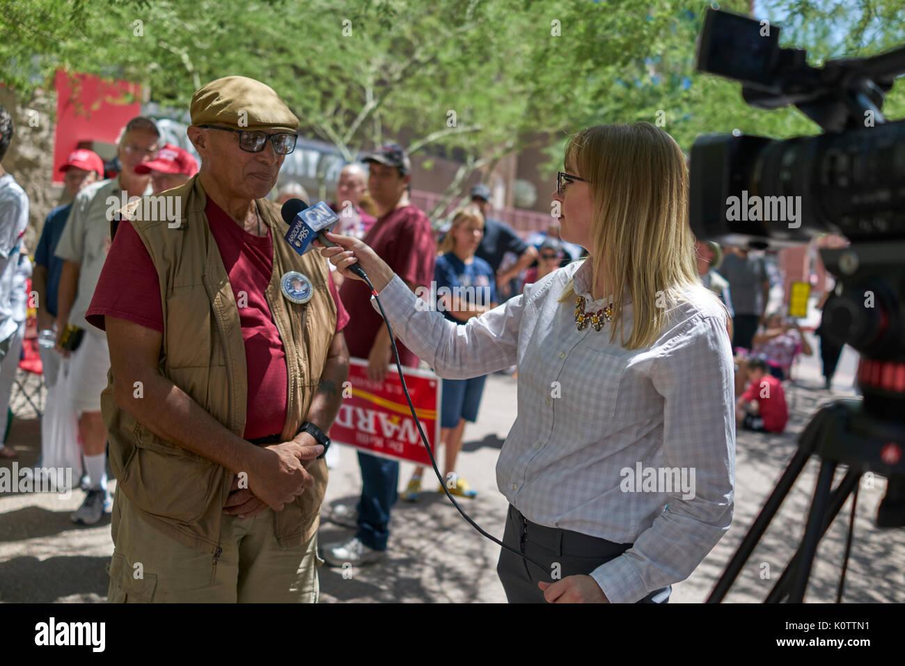Trump Phoenix Rally 2017 partidarios y los manifestantes Foto de stock