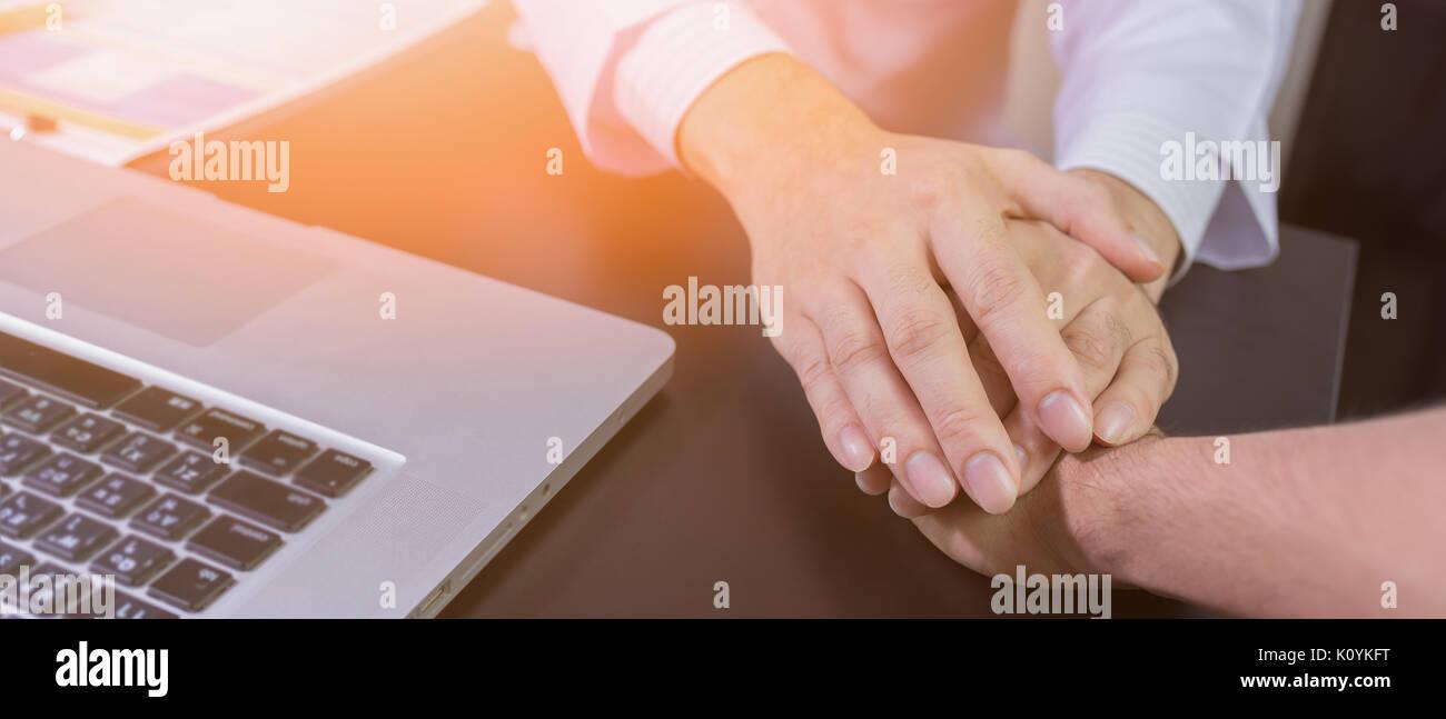 El doctor manos sosteniendo la mano del paciente para recibir aliento y empatía Imagen De Stock