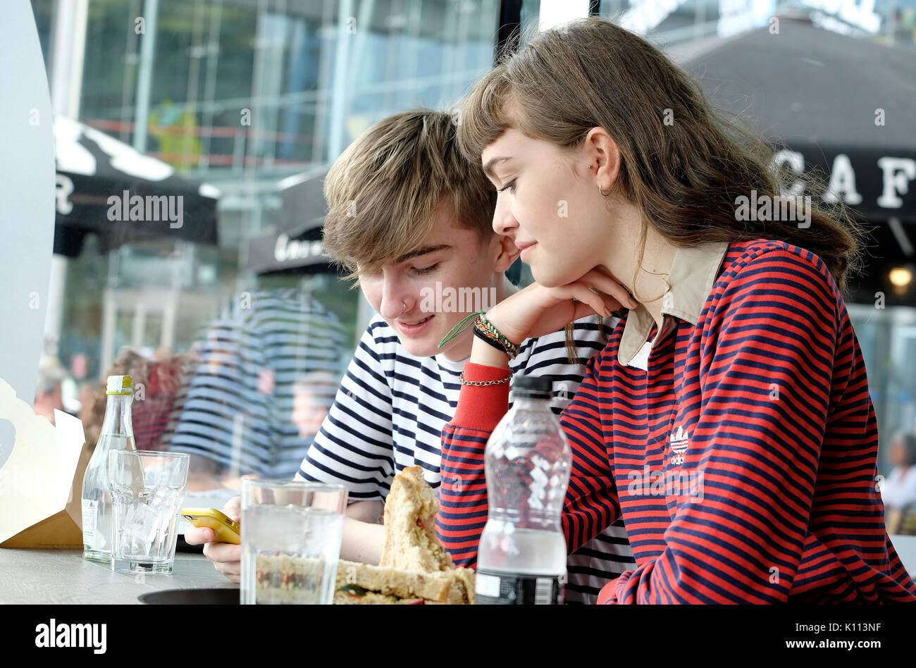 La pareja de adolescentes jóvenes en cafe Imagen De Stock