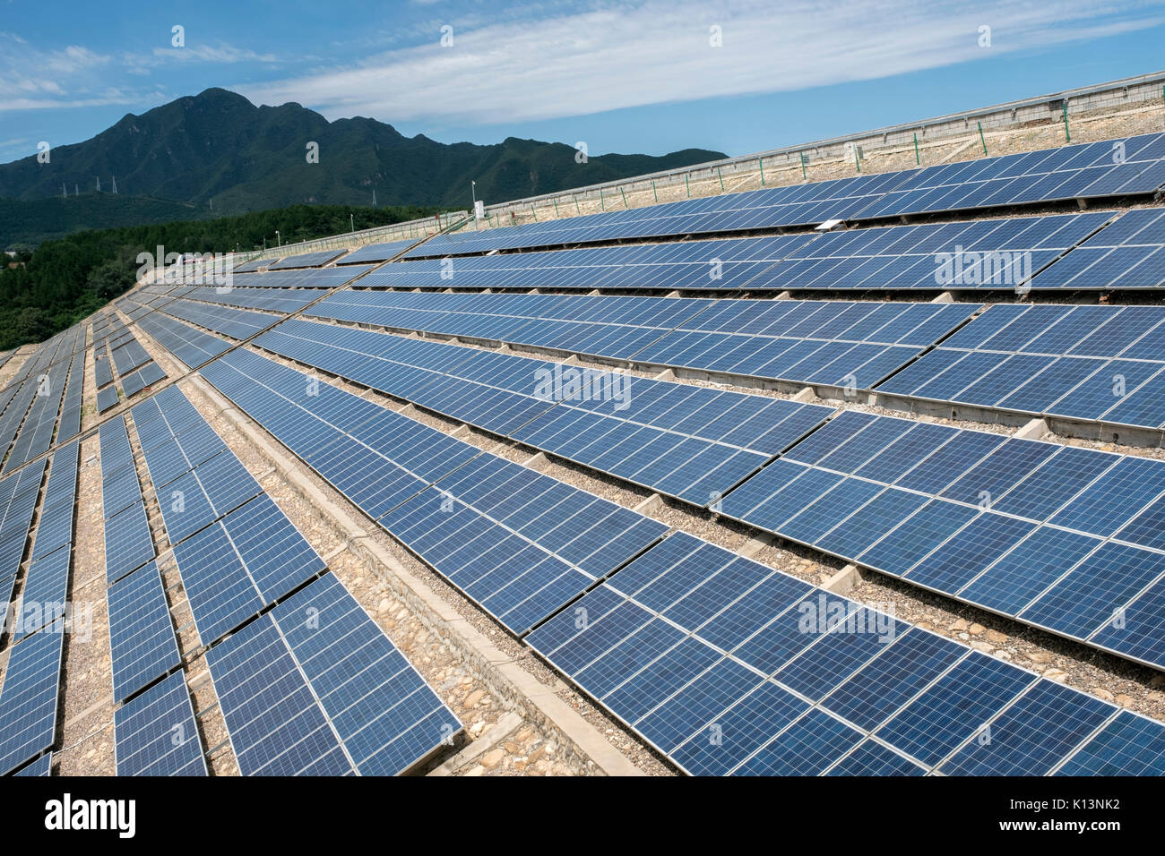 Los paneles solares fotovoltaicos en el embalse del Lago Yanqi en Huairou, Beijing, China. 24-ago-2017 Imagen De Stock