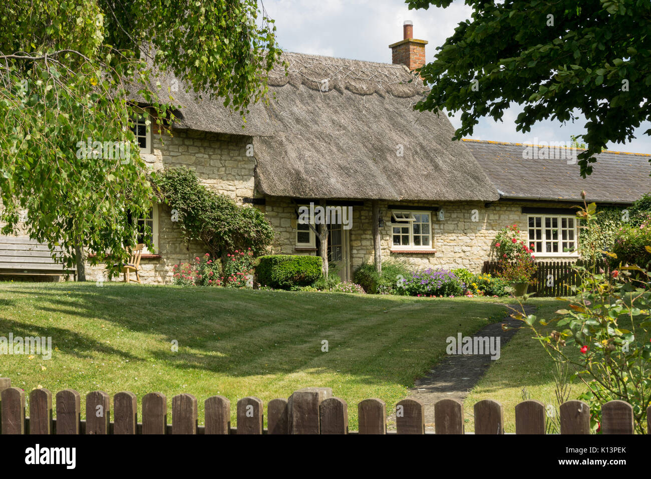 Separada de la casa construida de piedra con techo de paja ...