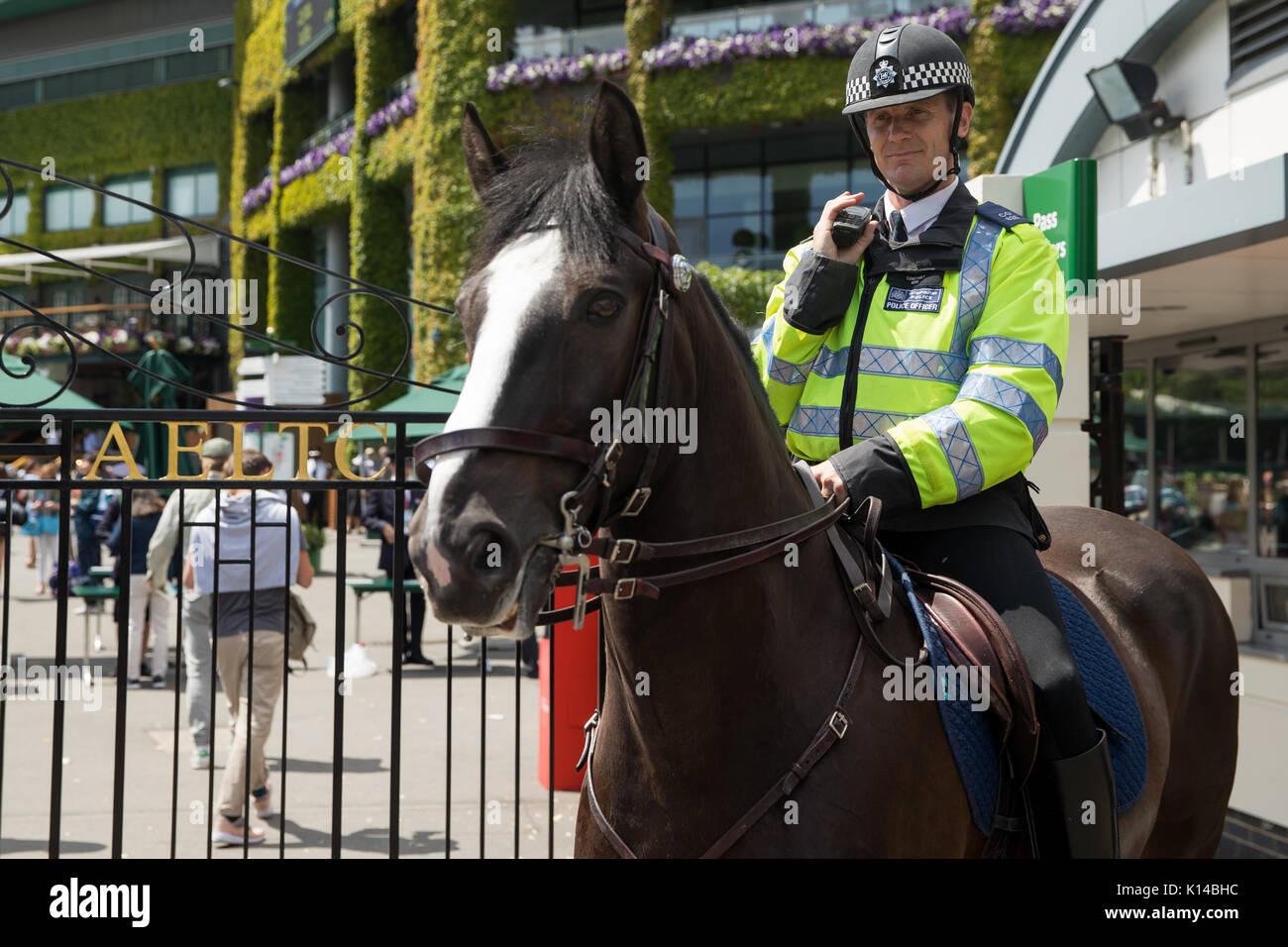 La policía montada a caballo fuera de los campeonatos de Wimbledon Imagen De Stock