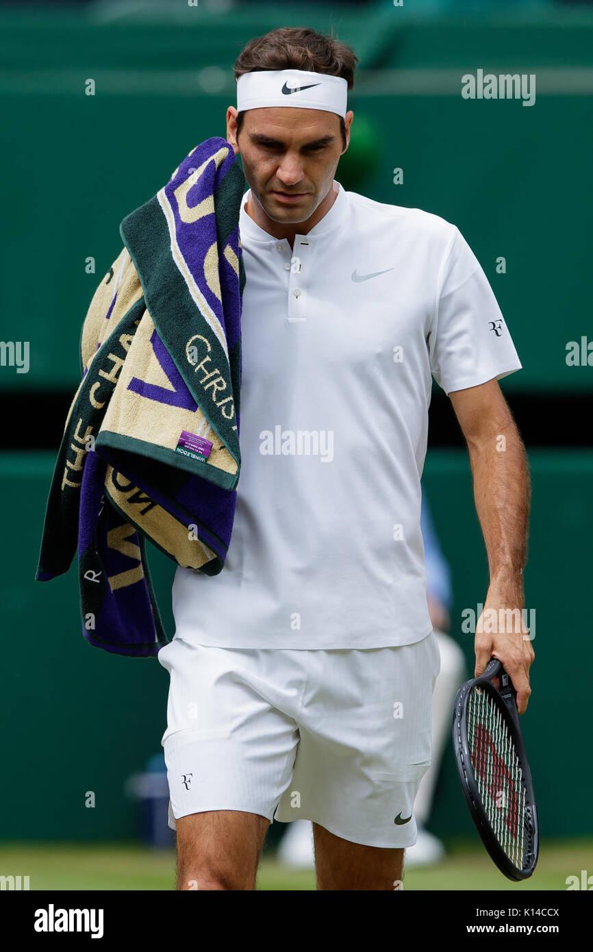 Roger Federer de Suiza parece desanimado a los caballeros solteros - campeonatos de Wimbledon 2017 Imagen De Stock