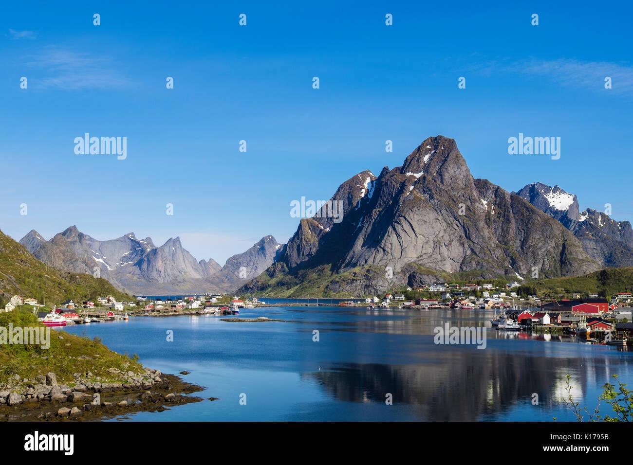 Ver todo natural pintoresco puerto pesquero a la montaña en verano. Reine, Moskenes, Moskenesøya Isla, Islas Lofoten, Nordland, Noruega Foto de stock