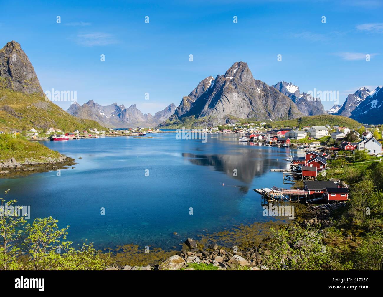 Vista escénica a través de puerto pesquero natural a la montaña en verano. Reine, Moskenes, Moskenesøya, Islas Lofoten, Nordland, Noruega Foto de stock