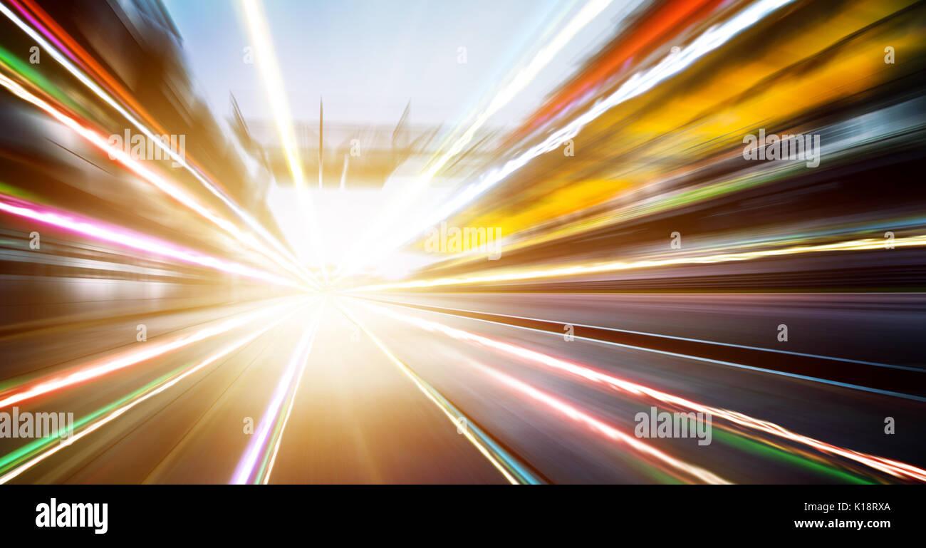 Foward Movimiento Desenfoque de lente, circuito de carreras de velocidad con fondo asentado stand y efecto de rastro de luz . Imagen De Stock