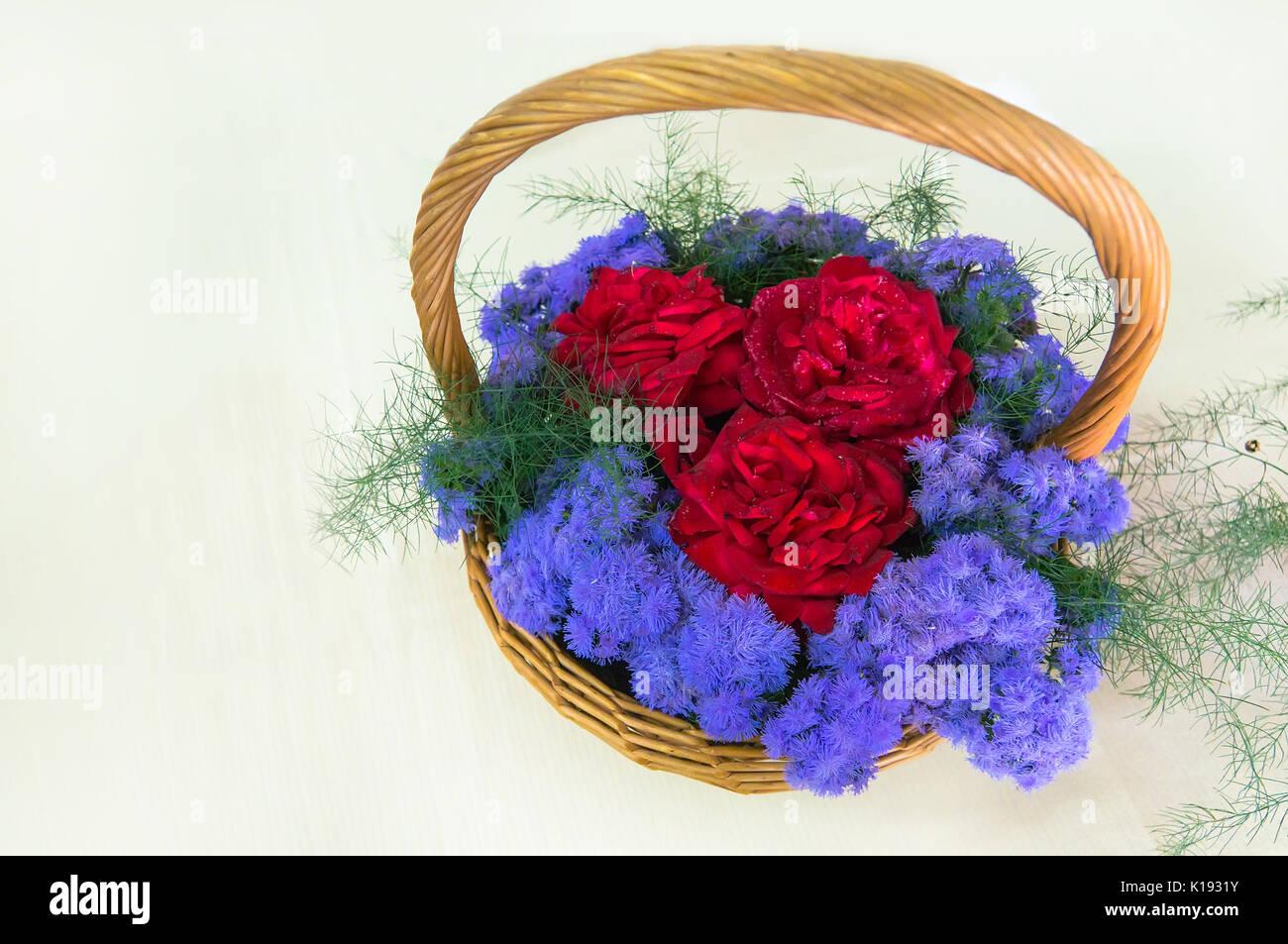 Precioso Ramo De 3 Rosas Rojas Grande Rodeada De Flores Azules En