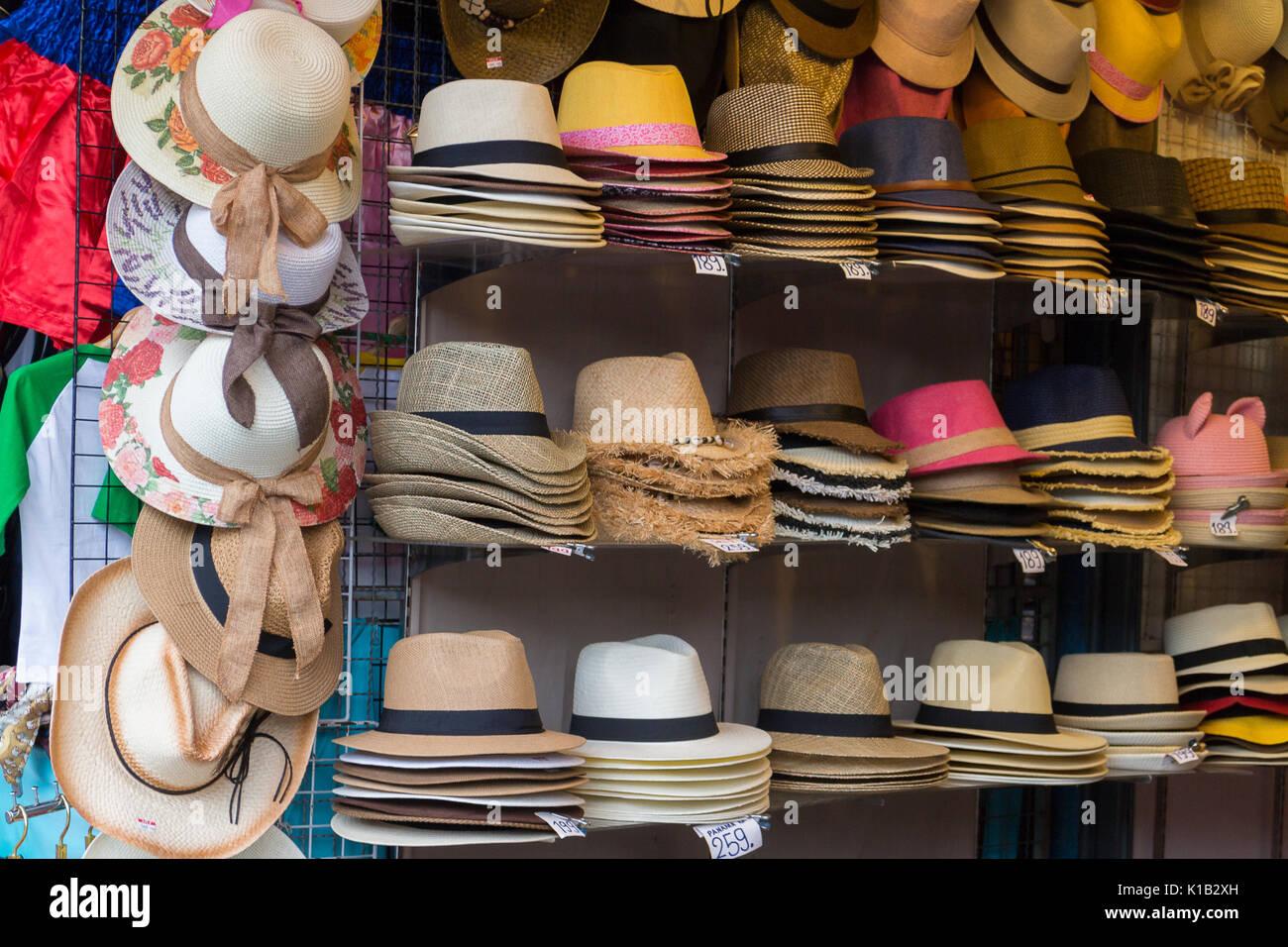 Puesto en el mercado con la artesanía en sombreros sombreros de paja para  la venta Imagen 86328d851aa