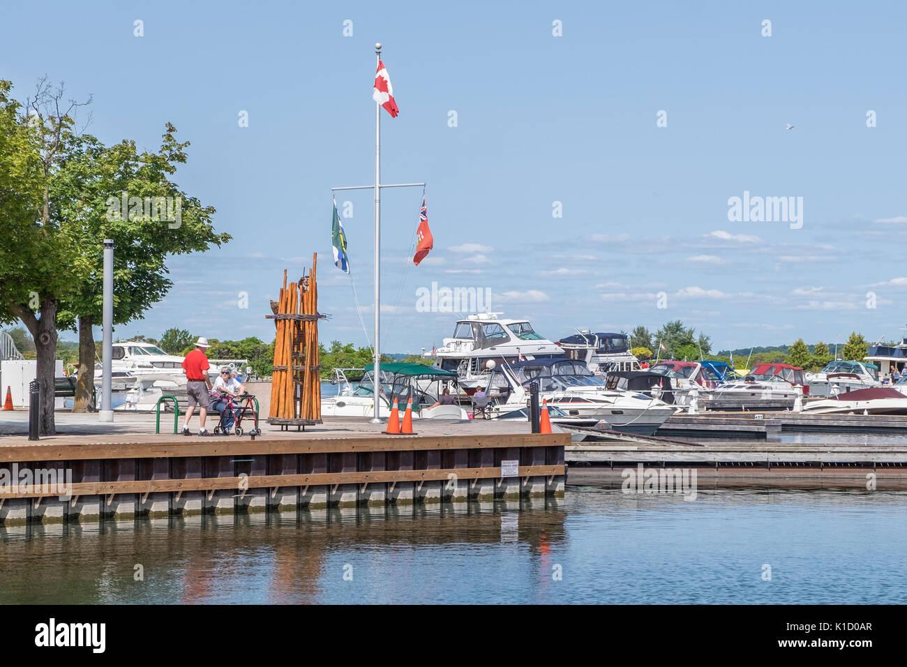 Los turistas y lugareños disfrutan de la hermosa costanera de Orillia Ontario en días de verano. Foto de stock