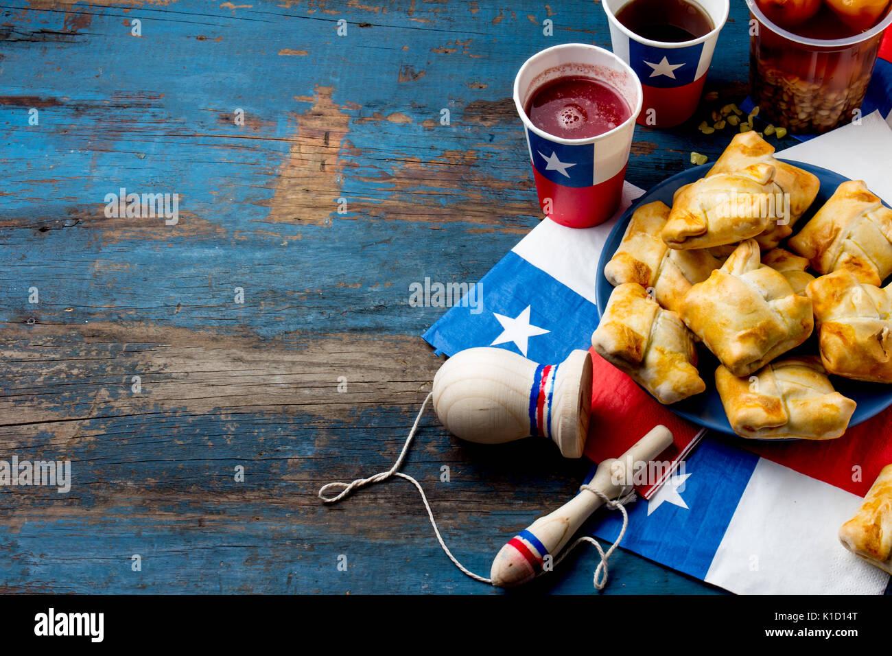 Concepto Del Día De La Independencia Chilena Fiestas Patrias Plato Típico Chileno Y Beber En La Fiesta Del Día De La Independencia El 18 De Septiembre Mini Empanadas Mote Con Hu Fotografía