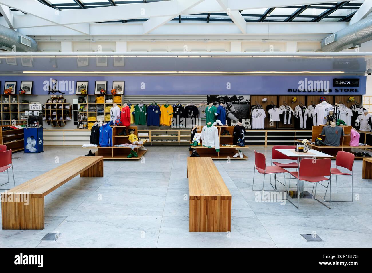 Tienda de fútbol soccerventa de la mercancía en el interior