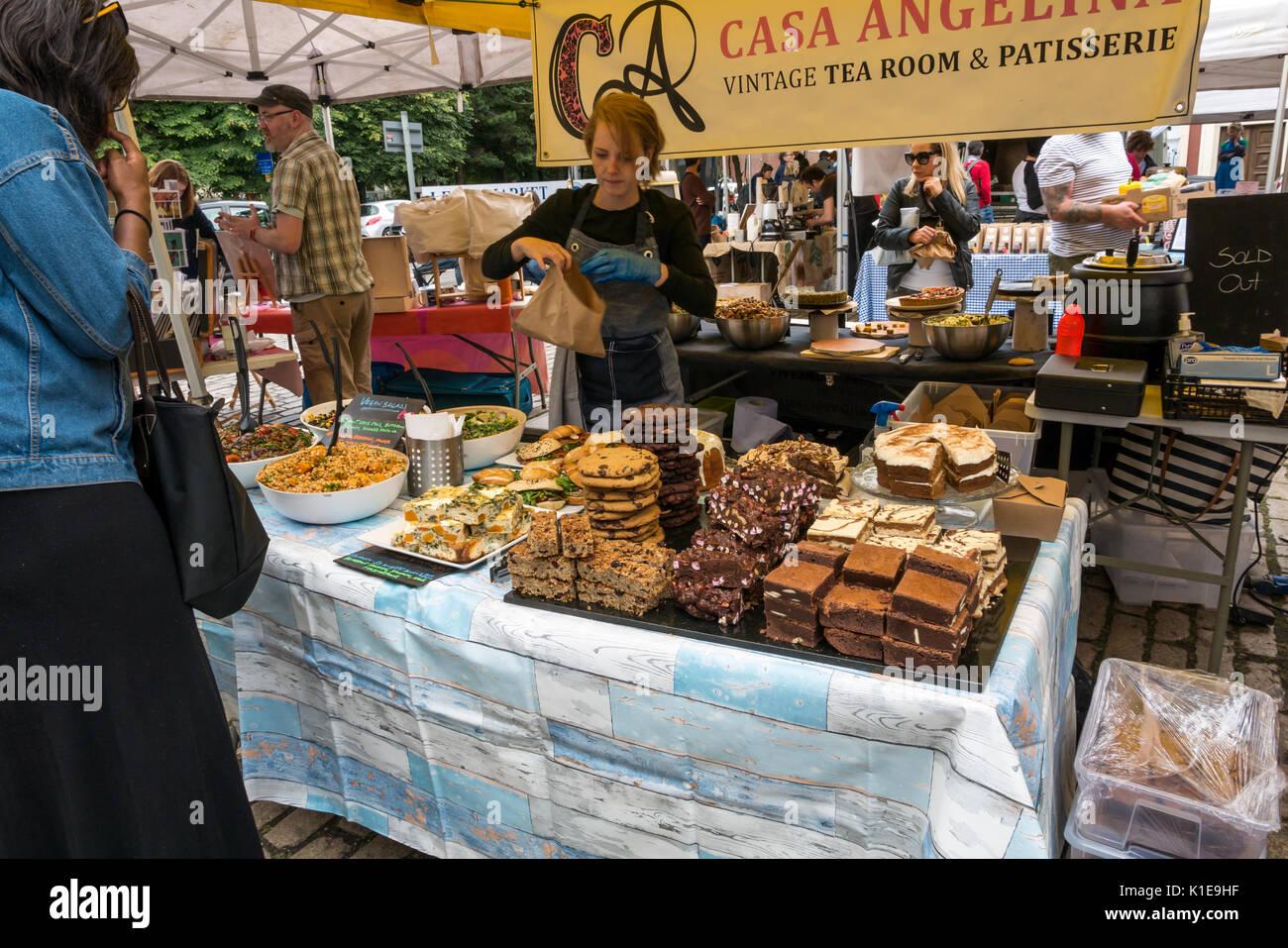 Dock Place, Leith, Edimburgo, Escocia, Reino Unido. Leith Sábado Farmers Market con la mujer comprar tortas en Casa Angelina Vintage Confitería Pastelería cale Imagen De Stock