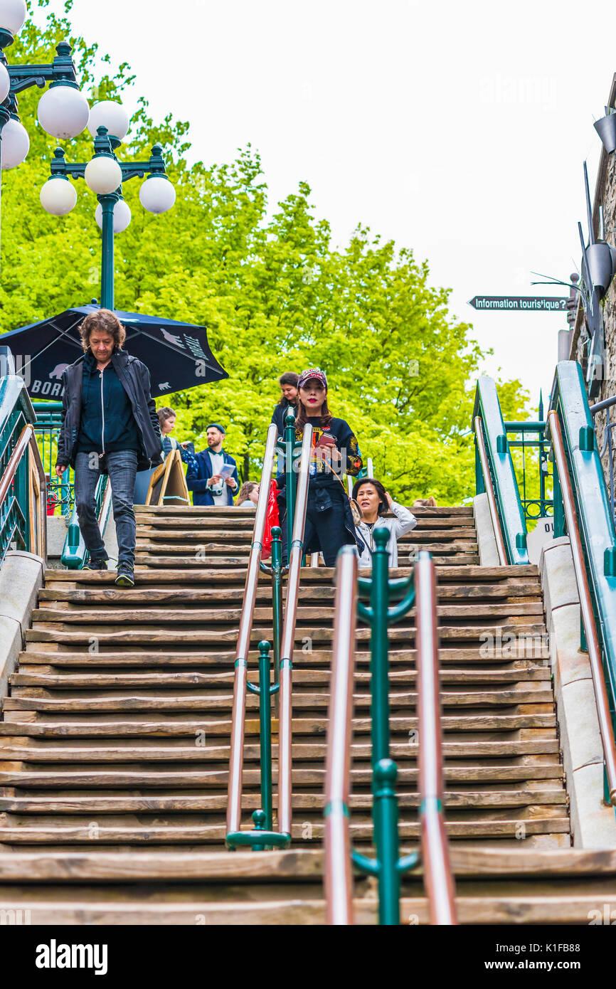 La Ciudad de Quebec, Canadá - 30 de mayo de 2017: Gente caminando famosas escaleras o escalones en la parte inferior de la ciudad vieja calle Rue du Petit Champlain por restaurantes Foto de stock