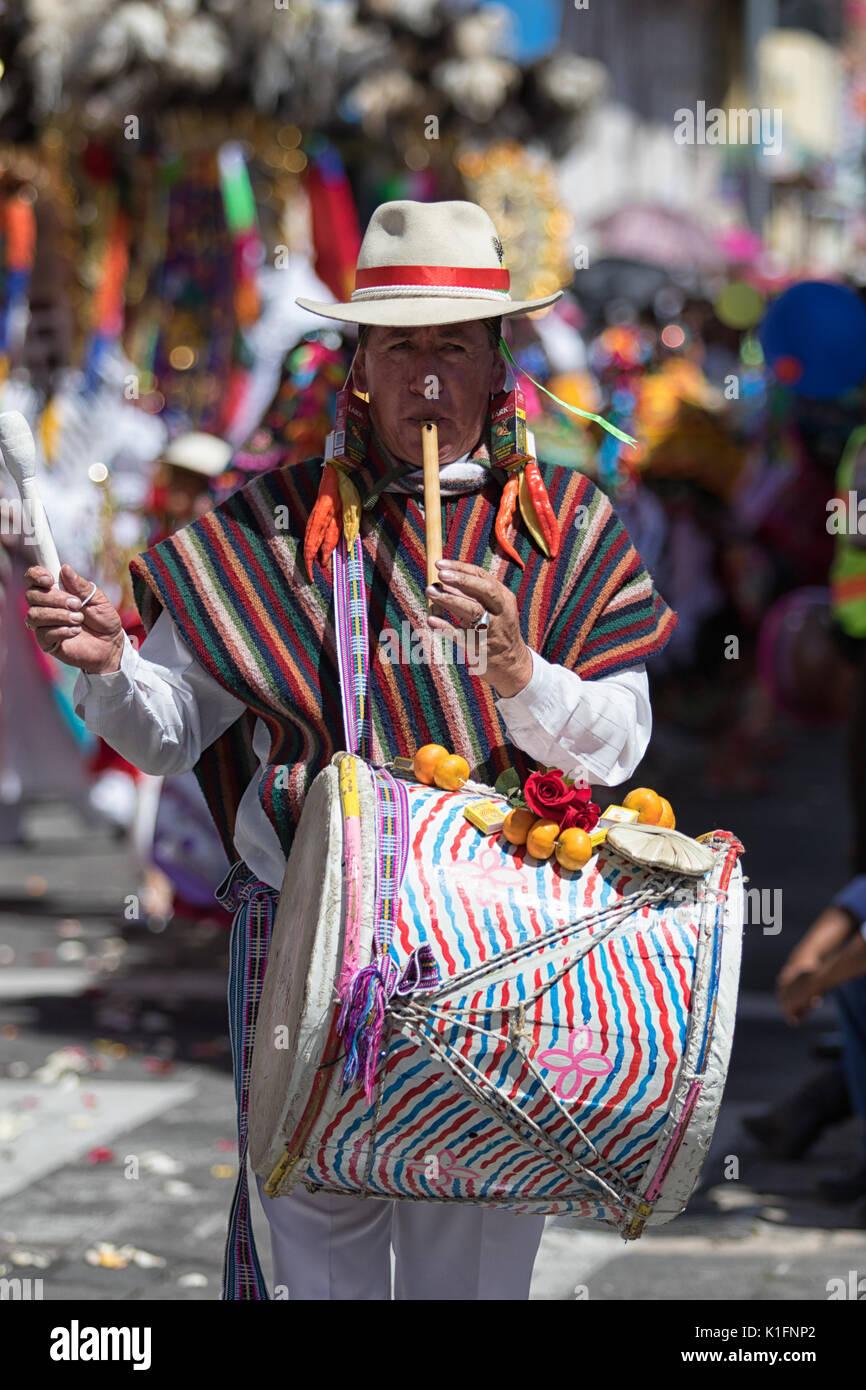 El 17 de junio de 2017, Ecuador: Pujili hombre tocando en la flauta y el tambor caminando simultáneamente el desfile del Corpus Christi Imagen De Stock