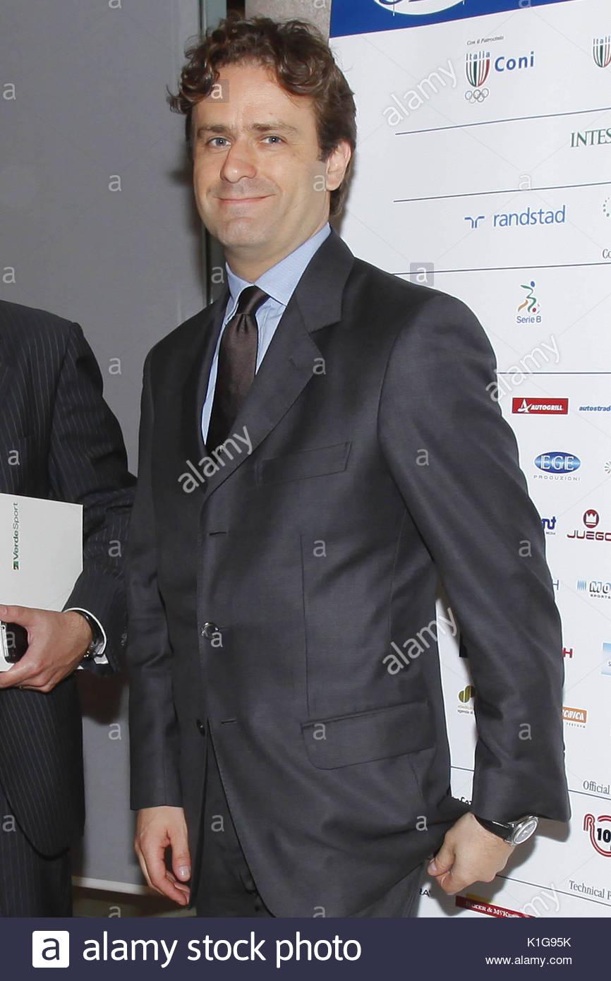 Pier Filippo Capello. Fabio Capello recibiendo los diplomas universitarios  en deportes estrategias de negocios en Milán. 308fd286108d